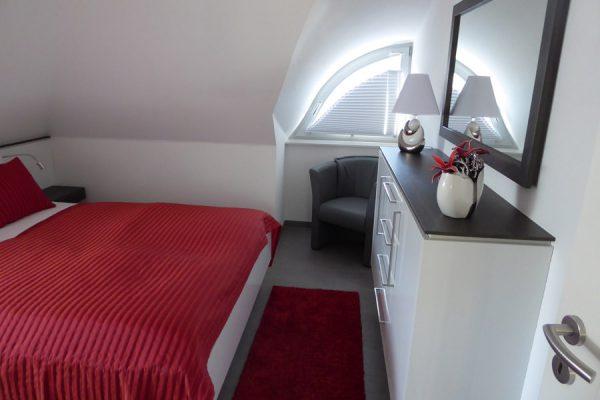 schlafzimmer-ferienhaus-glowe-ruegen-strandlaeufer-nest